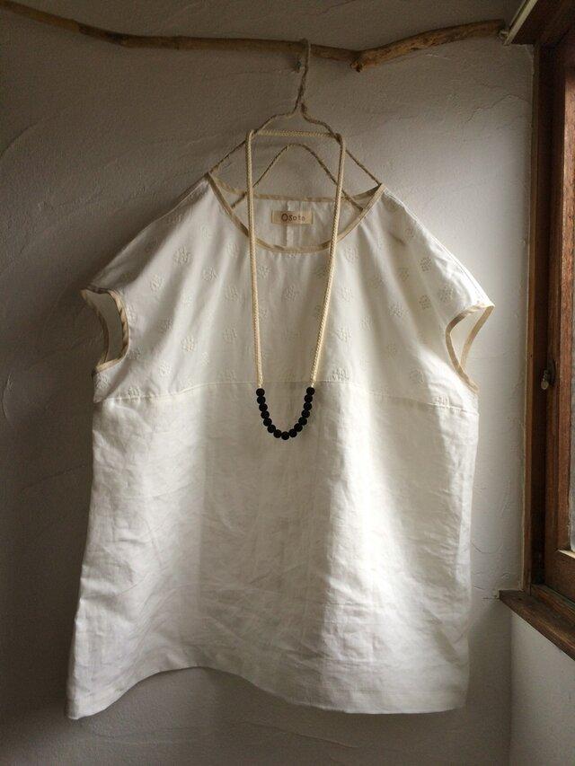 リネン混 あじさい刺繍 バイカラーフレンチブラウス ホワイトの画像1枚目