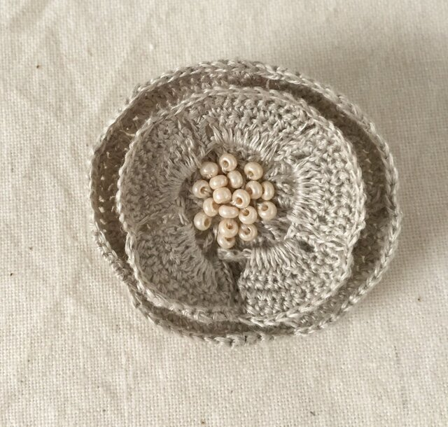 【受注生産】flower brooch C - ライトグレーの画像1枚目