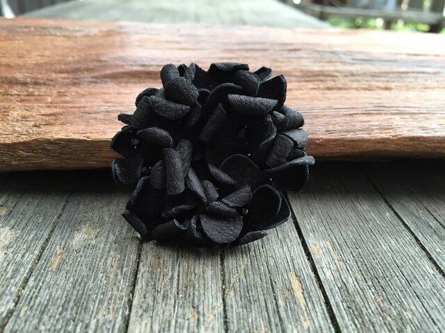 革花のドーナツブローチ(スワロフスキービーズ) ブラックの画像1枚目