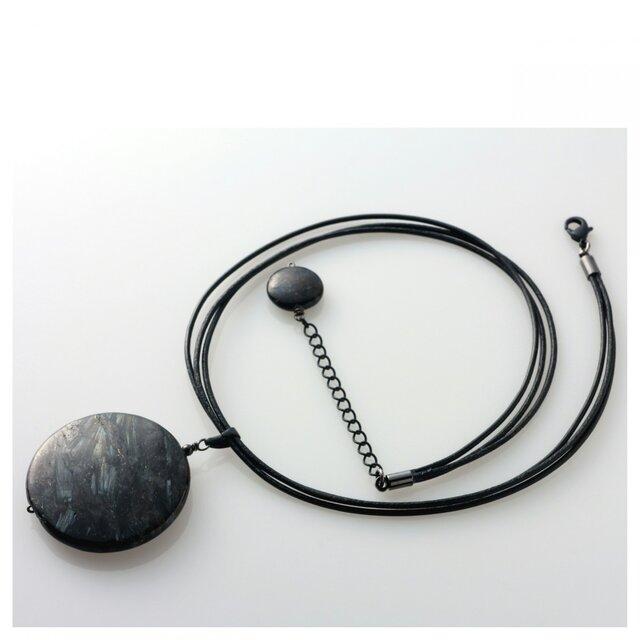ni062 ブラックラブラドライト(コイン型)の革紐ネックレスの画像1枚目