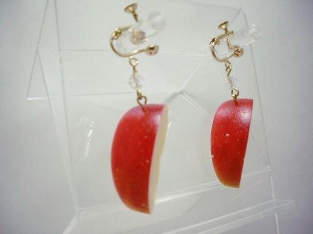 リアルなフルーツイヤリング りんご の画像1枚目