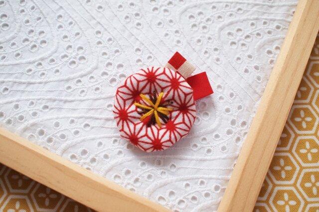赤い麻の葉・小さなお花ブローチ2の画像1枚目
