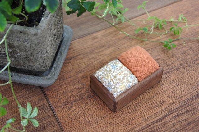 針山(ウォルナット/橙+うす茶小花)の画像1枚目