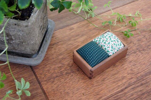 針山(ウォルナット/緑水玉+緑小花)の画像1枚目