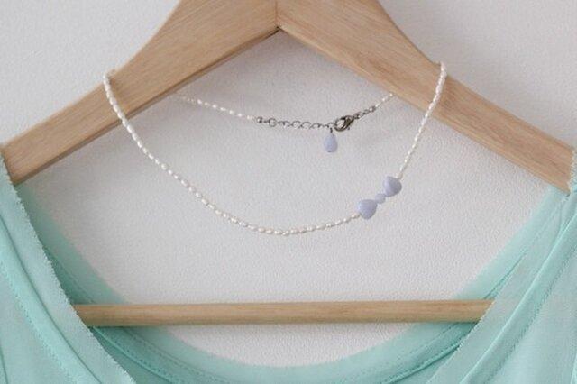 白い淡水パールと、ブルーレースアゲートのリボンとハートのネックレスの画像1枚目