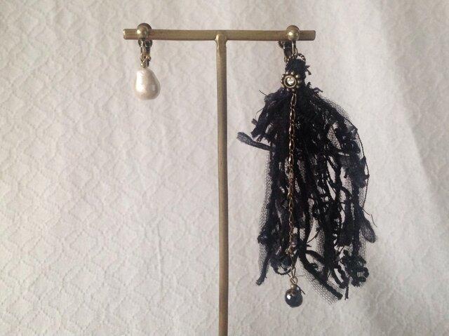 オシャレ糸のアシンメトリーイヤリング(ブラック)の画像1枚目