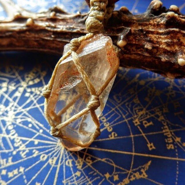 クリスタル(水晶) 原石 マクラメ編み 鹿皮レザーコード・ペンダントネックレスの画像1枚目