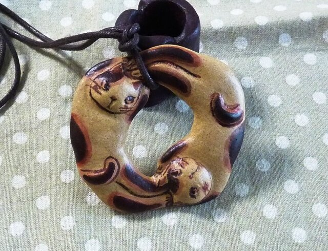 くるり猫ペンダント(赤茶)の画像1枚目