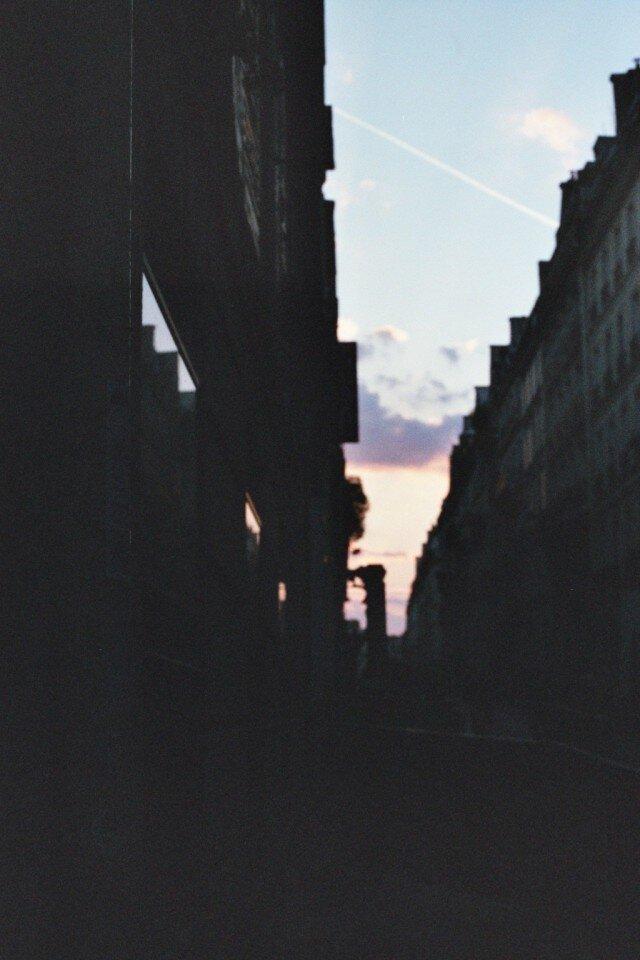 【額付写真】夕焼けと飛行機雲の画像1枚目
