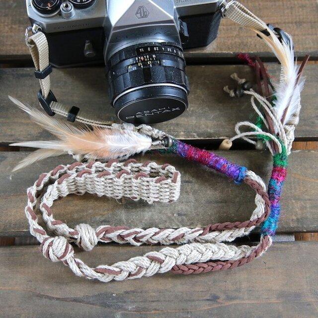 羽飾り・ウッドビーズ付きスエード調紐と麻のカメラストラップ(2重リング)の画像1枚目