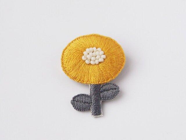 [受注制作]まあるいお花一輪の刺繍ブローチ(yellow)の画像1枚目