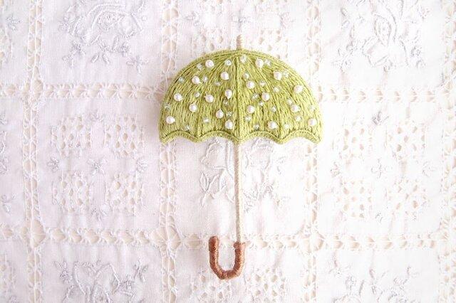 雨を待つ傘のブローチ うぐいす色の画像1枚目