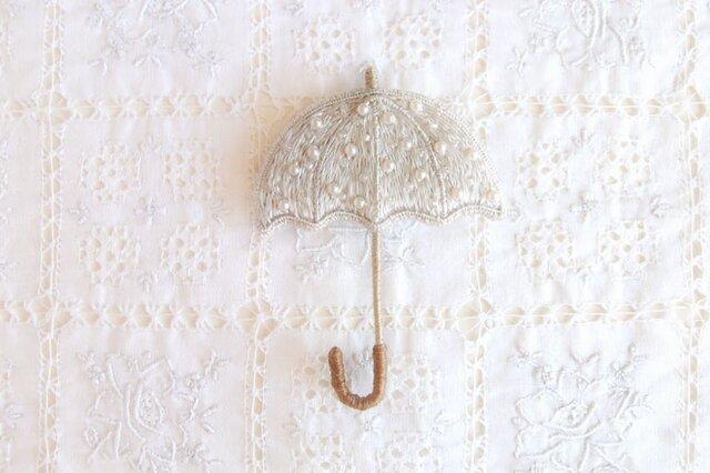 雨を待つ傘のブローチ うす銀色の画像1枚目