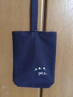 クロスステッチ刺繍*お花とリボンの紺色くつ入れの画像1枚目