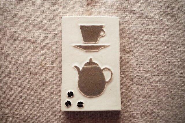 ポットとカップと珈琲豆の画像1枚目