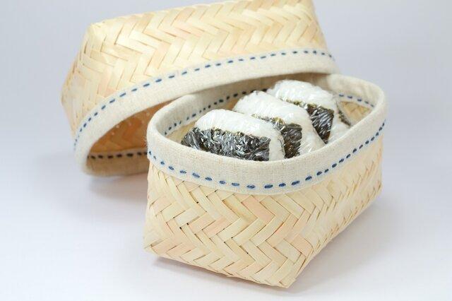 ひのき材で編み込んだおにぎりかご(ステッチ色・草木染め 藍)の画像1枚目