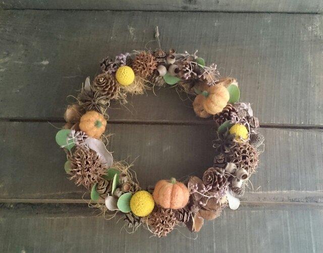 木の実がいっぱいの秋のナチュラルリース+羊毛フェルトのハロウィンかぼちゃの画像1枚目