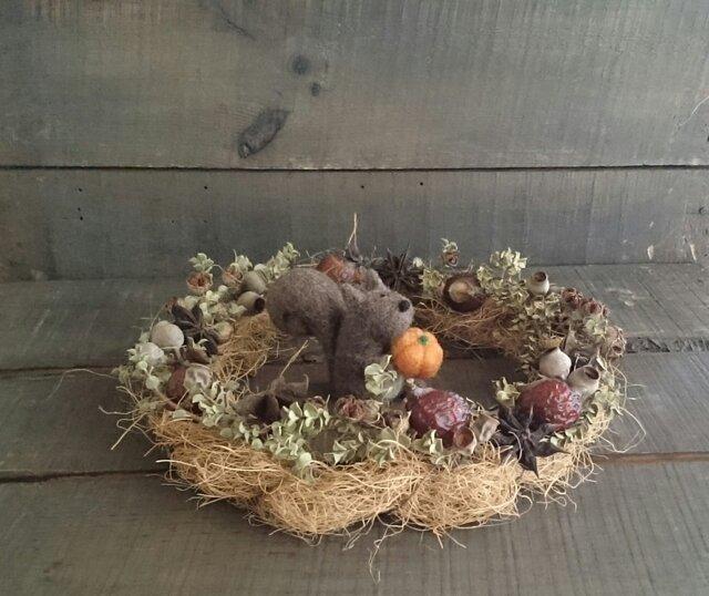 木の実のナチュラルリース+羊毛フェルトの小さなリスくんの画像1枚目