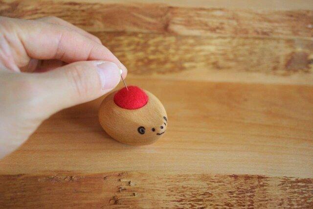 ハリネズミ赤ちゃんの羊毛ピンクッション【針山】 赤色の画像1枚目