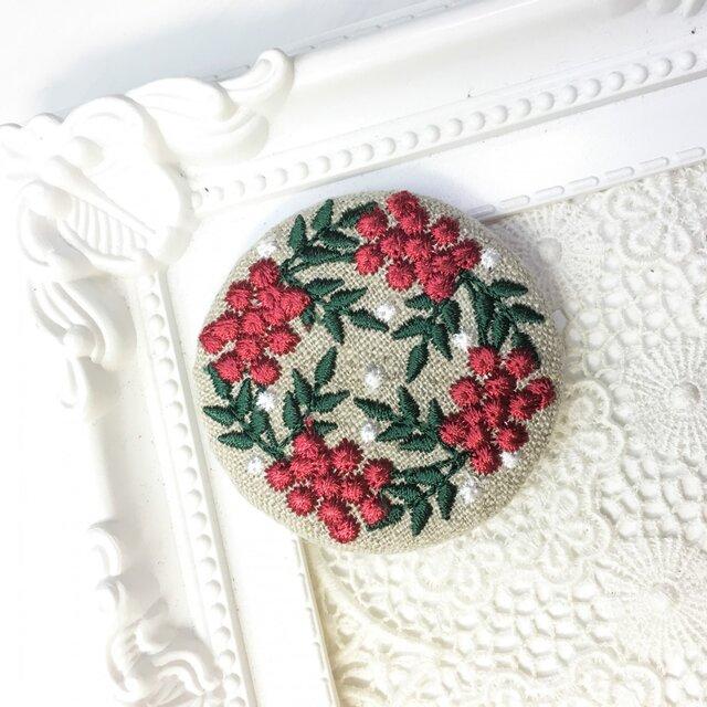 リネン 赤い実のリース 刺繍のブローチ 丸 50ミリ クリスマスバージョンの画像1枚目