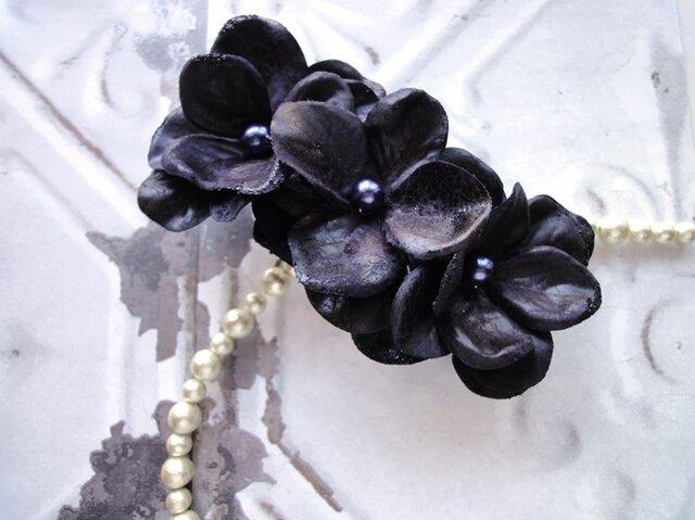 【受注生産】花びらのバレッタ■まるでフェイクレザーのような光沢■ダークパープル×ネイビーの真珠の画像1枚目